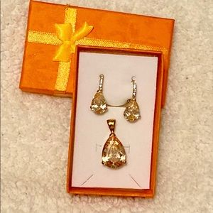 🍁Beautfiful peach color earrings and pendent set.
